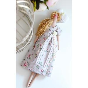 Kedves Tilda baba gyönyörű virágos ruhában ajándék szívvel lakásdekoráció, házdekoráció ajándék nőnek lánynak, Játék & Gyerek, Baba & babaház, Baba-és bábkészítés, Varrás, Tilda baba kedves virágos ruhában, csipkékkel, rózsával díszítve, ajándék szívvel. Hosszú szőke hull..., Meska