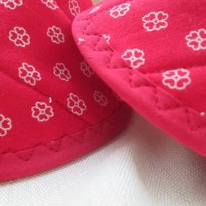 Edényfogó, fedőfogó, fülfogó - piros alapon fehér virágos (2 db) (Varrgitka) - Meska.hu
