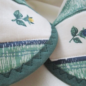 Edényfogó, fedőfogó, fülfogó -  rózsás mintával, krém- és zöld színnel (2 db) (Varrgitka) - Meska.hu