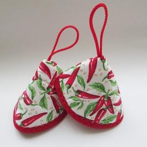 Edényfogó, fedőfogó, fülfogó - paprika mintával, fehér alapon, piros akasztóval, piros szegéllyel (2 db) leírása (Varrgitka) - Meska.hu