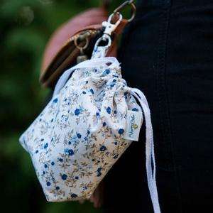 Textil zacskó tartó - Kék apró virágos, Zöldség/Gyümölcs zsák, Bevásárlás & Shopper táska, Táska & Tok, Varrás, Csini zacskókhoz csini tartó jár! Ezzel a kis kiegészítővel zacskóidat könnyen rendszerezheted, a ka..., Meska