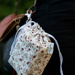 Textil zacskó tartó - Bordó apró virágos, Zöldség/Gyümölcs zsák, Bevásárlás & Shopper táska, Táska & Tok, Varrás, Csini zacskókhoz csini tartó jár! Ezzel a kis kiegészítővel zacskóidat könnyen rendszerezheted, a ka..., Meska