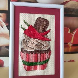 Keresztszemes muffin chilis-csokis hímzés, Otthon & Lakás, Dekoráció, Falra akasztható dekor, Hímzés, Keresztszemes muffin. 10x 15 cm-es képkeretbe költözött a 6,5 X 10 cm-es csokis-chilis muffin. Puppe..., Meska