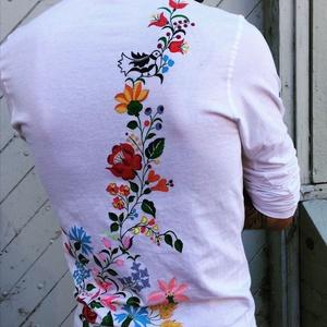 Kalocsai mintás férfi póló, Ruha & Divat, Férfi ruha, Póló, Selyemfestés, Hímzés, Kalocsai mintás férfi póló, autentikus színekkel.\nTextilfestékkel festve.\nA minta tartós, kézzel mos..., Meska