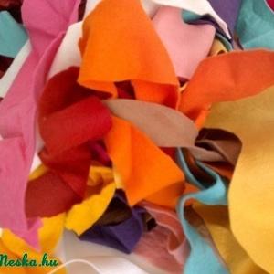 Filc anyagdarabok, Textil, Mindenmás, Mágneses játékaink készítése közben keletkezik hulladék a színes filcanyagainkból. \nA képen látható ..., Meska