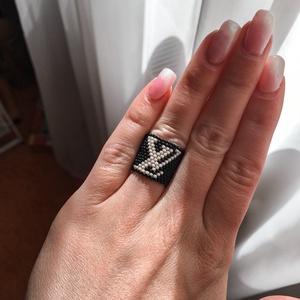 Lv logo gyűrű, Ékszer, Egyéb, Esküvő, Gyöngyfűzés, gyöngyhímzés, Minőségi japán gyöngyből készült gyűrű Lv logoval ellátva. \nMérete S (5,6cm). (ha ennél nagyobbra va..., Meska