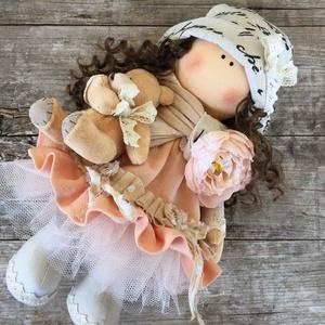 Barackmag, Esküvő, Emlék & Ajándék, Baba-és bábkészítés, Varrás, 30 cm magas ülő ás álló dekorációs baba.\nHaja fésülhető, formálható.\nA terméket 3 éves kor alatt nem..., Meska