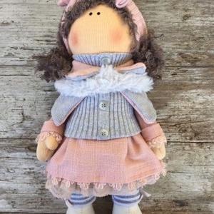 Dalma baba, Otthon & Lakás, Dekoráció, Baba-és bábkészítés, Varrás, Dalma baba egy 30 cm magas álló és ültethető baba.\nDekoráció jelleggel készült a termék.\n\n ..., Meska