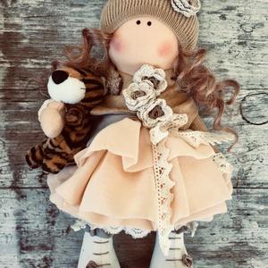 Hanna baba , Otthon & Lakás, Dekoráció, Baba-és bábkészítés, Varrás, 30 cm magas ülő és álló dekorációs baba. \nHaja fésülhető, de nem öltöztethető a baba. Tigris nélkül ..., Meska