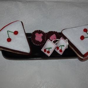 filcből készült cseresznyés torta és teafilter, Gyerek & játék, Játék, Gyerekszoba, Baba játék, Varrás, 2 szelet torta (átmérője 22 cm, magassága 6 cm), 2 teasütemény és 2 teafilter.\n\nA tortaszeletek puha..., Meska