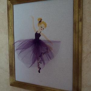 balerina - keresztszemes kép, Dekoráció, Otthon & lakás, Kép, Hímzés, 28 * 23 centiméteres kép, mely egy lila tüllszoknyás, szőke hajú balerinát ábrázol. \nAranyszínű, fa ..., Meska