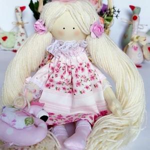 Kislány Laura flamingókkal., Gyerek & játék, Játék, Baba játék, Plüssállat, rongyjáték, Baba, babaház, Baba-és bábkészítés, Varrás, Kislány Laura flamingókkal.\nKézzel készitett baba. \n32 cm magas textilbaba. \nA babám pamut anyagból,..., Meska