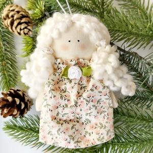 Karácsonyi kis angyal, Otthon & lakás, Dekoráció, Ünnepi dekoráció, Húsvéti díszek, Karácsony, Karácsonyfadísz, Karácsonyi dekoráció, Baba-és bábkészítés, Varrás, Karácsonyi kis angyal.\nKézzel készitett baba.\n14 cm magas textilangyal.\nA babám pamut anyagból, és k..., Meska