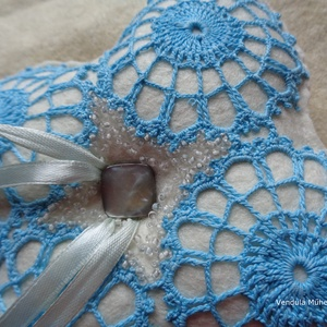 Gyűrűpárna, Esküvő, Gyűrűpárna, Gyöngyfűzés, gyöngyhímzés, Varrás, Türkíz csipkével,gyöngyhímzéssel díszített gyűrűpárna.\n Az alapja gyapjúfilc., Meska