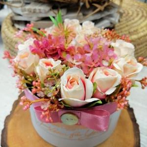Asztaldísz, Otthon & lakás, Esküvő, Dekoráció, Ünnepi dekoráció, Anyák napja, Dísz, Esküvői dekoráció, Selyemvirágból készült asztaldísz. Papír dobozba,Bloom for You felirattal. 13x10 cm Szállítás egyezt..., Meska
