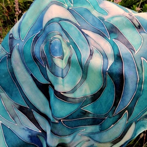Selyemkendő, Ruha & Divat, Sál, Sapka, Kendő, Kendő, Selyemfestés, Kézzel festett selyemkendő. Az alapja 100% habotai selyem /ponge5/.\nEzüst selyemkontúrral rajzolva,m..., Meska