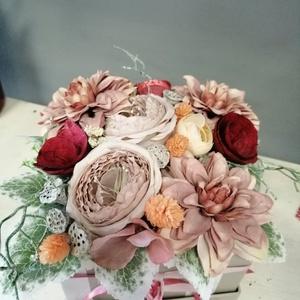 Selyemvirágos doboz, Esküvő, Emlék & Ajándék, Szülőköszöntő ajándék, Virágkötés, Virágdoboz selyemvirágból. Esküvőre szülőköszöntéshez,dekorációhoz. \nEgyedi elképzelés alapján rende..., Meska