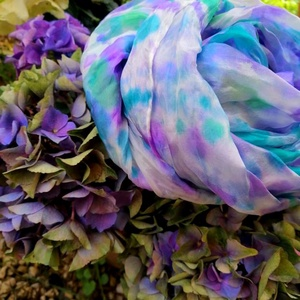 Hortenzia  -Batikolt selyemsál, Ruha & Divat, Sál, Sapka, Kendő, Sál, Selyemfestés, Kék,lila  hortenzia színes zöldbe forduló virágai ihlették ezt a kézzel festett selyemsálat. Batikol..., Meska