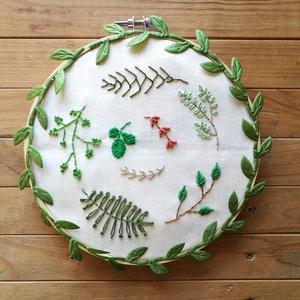 Greenery, hímzett kép rámában, Esküvő, Nászajándék, Otthon & lakás, Dekoráció, Ünnepi dekoráció, Anyák napja, Szerelmeseknek, Hímzés, Krém alapra hímzett greenery stílusú zöld levelek, ágak.\n\nFotózáshoz, esküvőre, Anyák napjára, babak..., Meska