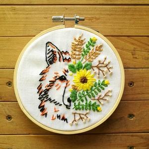 Rókamóka virágban, hímzett kép, Kép & Falikép, Dekoráció, Otthon & Lakás, Hímzés, Fehér alapra hímzett, minimál stílusú rókakoma pofifél, színes, vadvirágos mezőféllel.\nAnyák napjára..., Meska