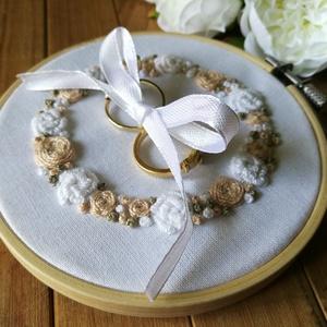 Elegáns, hímzett gyűrűpárna, Esküvő, Gyűrűpárna, Esküvői dekoráció, Elegáns, klasszikus esküvőt megálmodóknak ajánlom ezt a gyűrűpárnát.  Hófehér pamutvászonra hímzett ..., Meska