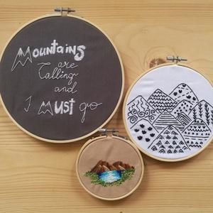 MOUNTAINS are calling, hímzett képtrió rámában, Otthon & lakás, Dekoráció, Kép, Lakberendezés, Falikép, Hímzés, 3 db különböző méterű, kézzel hímzett, hegy témájú kép rámában, mely könnyedén felakasztható a falra..., Meska