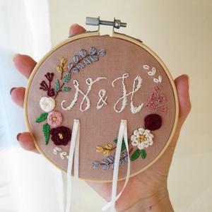 Kézzel hímzett gyűrűpárna, Esküvő, Kiegészítők, Gyűrűtartó & Gyűrűpárna, Hímzés, Mogyoró színű pamutvászonra kézzel hímzett virágkoszorú, és kezdőbetűk.\nKözépen két, fényes szatén s..., Meska