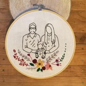 Családi portré - hímzett kép rámában, Karácsony & Mikulás, Karácsonyi dekoráció, Hímzés, Küldj egy jól látható fotót a családodról, és az alapján elkészítem Neked a családotok kézzel hímzet..., Meska