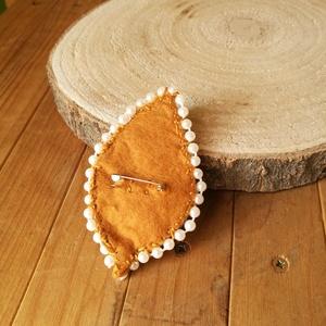 Kézzel hímzett, gyöngyös falevél bross - ékszer - kitűző és bross - kitűző - Meska.hu