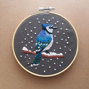 Kék szajkó , Otthon & Lakás, Dekoráció, Kép & Falikép, Hímzés, Kézzel hímzett, tűfestés technikával készült madárka.\nA keret átmérője 12,5 cm., Meska