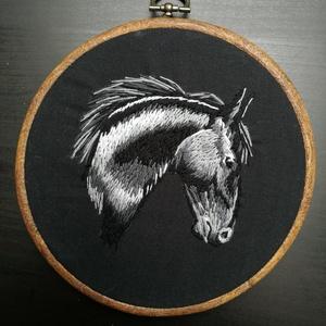 Realisztikus hímzett ló portré, Otthon & Lakás, Dekoráció, Kép & Falikép, Hímzés, Kézzel hímzett, tűfestés technikával készült ló portré.\nFekete pamutvászon alapra hímeztem.\nA keret ..., Meska