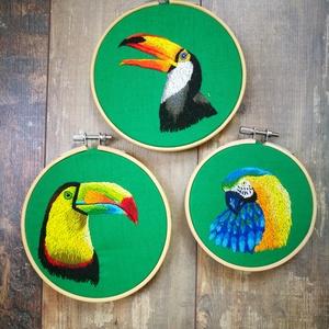Hímzett trópusi madár trió, Művészet, Textil, Keresztszemes, Hímzés, Tűfestés technikával, kézi hímzéssel pamutvászon alapra készült 2 tukán és egy sárga-kék arapapagáj...., Meska