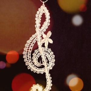 vert csipke violinkulcs, Függődísz, Dekoráció, Otthon & Lakás, Csipkekészítés, Vert csipkéből készült violinkulcs. Hossza 11 cm, szélessége 3 cm., Meska