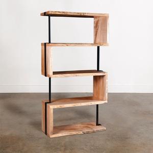 """Kígyózó szélezetlen könyvespolc \""""SPIRE\"""", Otthon & Lakás, Bútor, Szekrény, Famegmunkálás, Fémmegmunkálás, Különleges könyvespolc szélezetlen faelemekből – a fa és a fém különleges kombinációja, masszív és m..., Meska"""