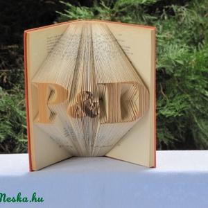 Könyvszobrászat Kezdőbetűk Esküvőre nászajándékba, Könyvszobor, Dekoráció, Otthon & Lakás, Papírművészet, Újrahasznosított alapanyagból készült termékek, Esküvőre vagy hivatalos?\n\nNincs nászajándékod és egy különleges, egyedi, személyre szabott ajándékot..., Meska