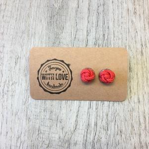 Zsinórékszer-Piros bogyós fülbevaló, Pötty fülbevaló, Fülbevaló, Ékszer, Csomózás, Saját kezűleg csomózott bogyós fülbevaló. \n\nSzíne: Piros, enyhén fényes\n\nMérete megközelítőleg 10mm...., Meska