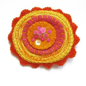 Narancs virág kitűző, Ékszer, Kitűző & Bross, Kitűző, Ékszerkészítés, Hímzés, Élénk színű kitűző hímzéssel és flitterekkel díszítve. \nkb 7cm\n, Meska