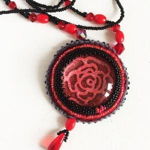Rózsás nyaklánc, Ékszer, Nyaklánc, Nyaklánc rózsás medállal. A medál közepén az üveglencse alatt csillogó fém rózsa van, ezt gyönggyel ..., Meska