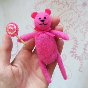 Rózsaszín maci, Játék & Gyerek, Plüssállat & Játékfigura, Maci, Baba-és bábkészítés, Nemezeléssel készített maci nyalókával. \n100% handmade, Meska
