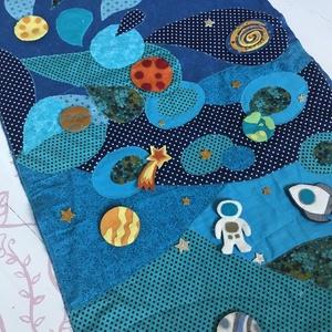 Galaxis - textilkép gyerekszobába, Otthon & Lakás, Dekoráció, Kép & Falikép, Varrás, Pamut textilekből és filcből varrtam ezt a képet. Filc bolygókkal és figurrákkal díszítettem. \nMéret..., Meska
