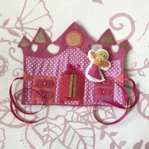 Tündérke rózsaszín palotával, Játék & Gyerek, Baba & babaház, Baba-és bábkészítés, Varrás, Filcből és pmaut anyagoból varrtam, hímzéssel díszítettem. A tündér textilfestéssel készült. \n100% h..., Meska