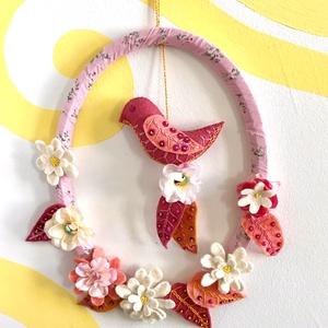 Madaras koszorú, Otthon & Lakás, Dekoráció, Koszorú, Varrás, Koszorú virágokkal és filcből varrt, hímzett madárkával. \n100% handmade, Meska