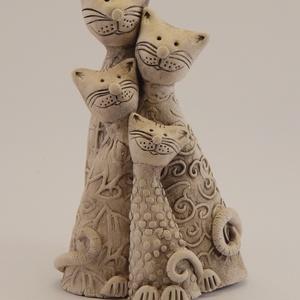 Cica család (4 alakos), Kerámia, Szobor, Művészet, Kerámia, A cica család kb. 14-15 cm magas, fehér samottos agyagból, magas tűzön égetve, oxidokkal színezve ké..., Meska