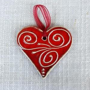 Piros kerámia szív, Esküvő, Otthon & lakás, Kerámia, Fehér agyagból készült, írókázással díszített, piros mázas szív  felakasztható., Meska
