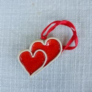 Dupla kerámia szív, Helyszíni dekor, Dekoráció, Esküvő, Kerámia, Fehér agyagból, piros mázzal készült, kettős szívecske, 5 cm széles.  Felakasztható, ajándék kísérők..., Meska