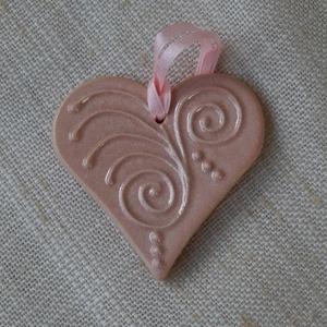 Rózsaszínű kerámia szív, Esküvő, Emlék & Ajándék, Kerámia, Fehér agyagból készült, írókázással díszített, rózsaszín mázzal égetett szívecske. Mérete: 5-6 cm ma..., Meska
