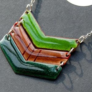 Tűzzománc nyaklánc - nemesacél lánc - zöld és barna színek - zöld nyaklánc, Ékszer, Nyaklánc, Fémmegmunkálás, Tűzzománc, Tűzzománc nyaklánc - világoszöld -világosbarna - sötétzöld színekkel, ezüst színű lánccal.\nKézzel fű..., Meska