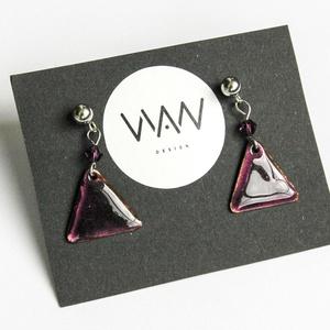 Lila tűzzománc háromszög fülbevaló - lila Swarovski gyönggyel díszítve, Ékszer, Fülbevaló, Tűzzománc, Fémmegmunkálás, Egyedi, kézzel fűrészelt kis háromszög tűzzománc (ékszerzománc) fülbevaló sötétlila swarovski gyöngg..., Meska