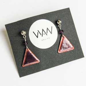 Világos lila tűzzománc háromszög fülbevaló - lila swarovski gyönggyel díszítve, Ékszer, Fülbevaló, Tűzzománc, Fémmegmunkálás, Egyedi, kézzel fűrészelt kis háromszög tűzzománc (ékszerzománc) fülbevaló világos lila swarovski gyö..., Meska