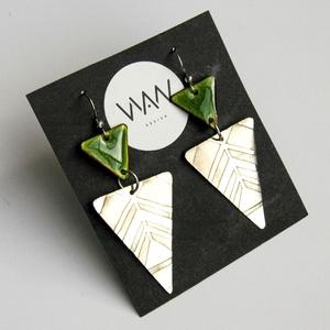 Tűzzománc - alpakka fülbevaló - ezüst és zöld színek - zöld háromszög fülbevaló - Meska.hu